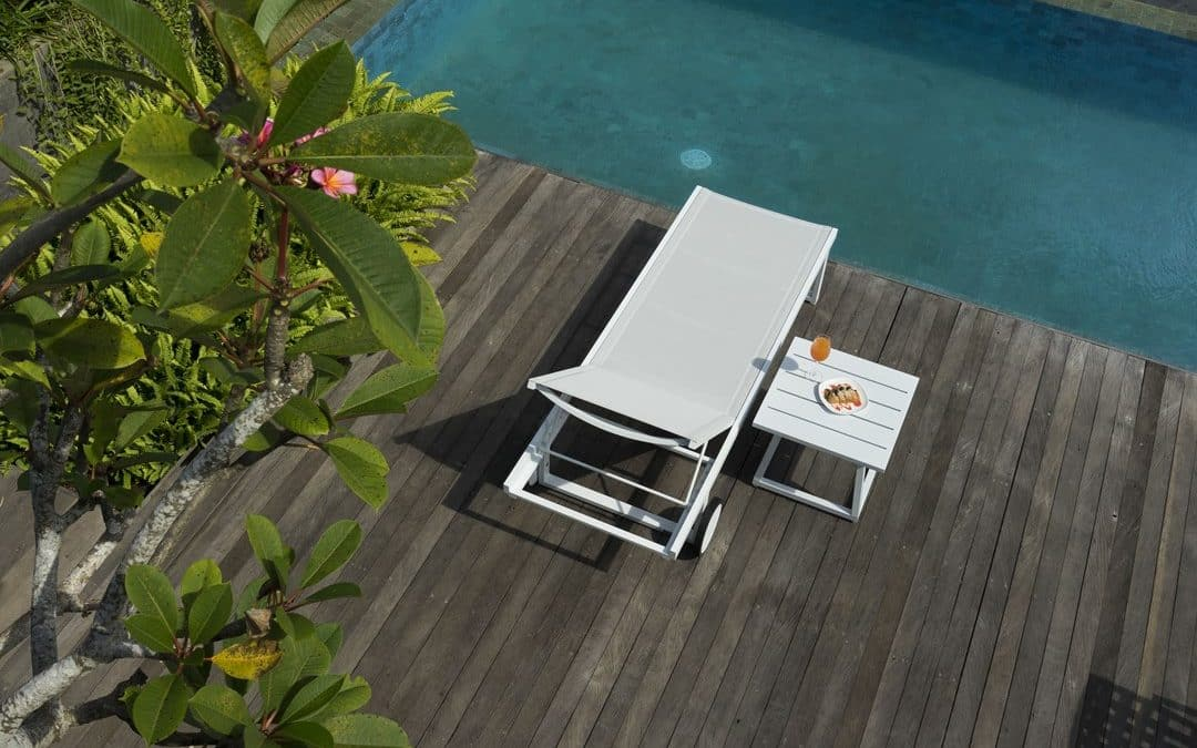 ALLUX LOUNGER & ALLUX SIDE TABLE